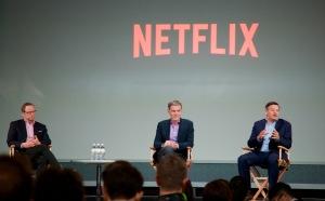Durante la sesión de preguntas y respuestas, Jonathan Friedland (izquierda), ejecutivo de comunicaciones; Reed Hastings, presidente ejecutivo, y Ted Sarandos, ejecutivo de contenido de Netflix.